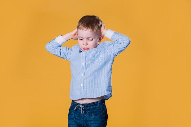 Wzburzona chłopiec w przypadkowym stroju