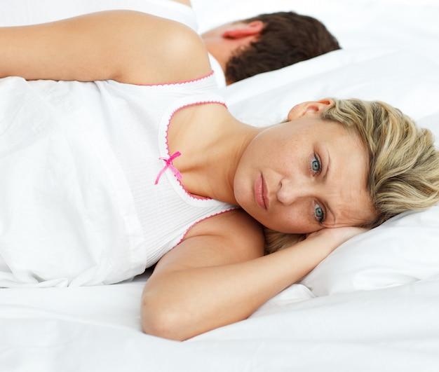 Wzburzona para w łóżkowym dosypianiu oddzielnym