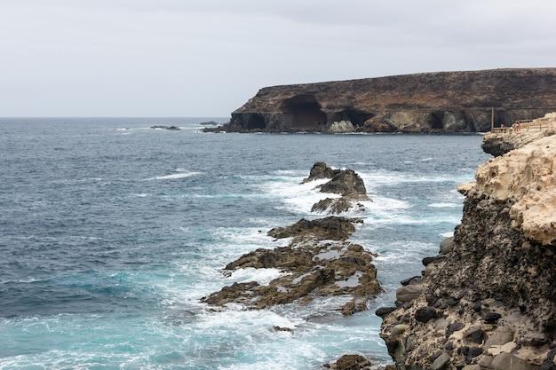 Wzburzone morze w jaskiniach ajuy na fuerteventurze w hiszpanii popularny zabytek przyrody przy krawędzi klifu