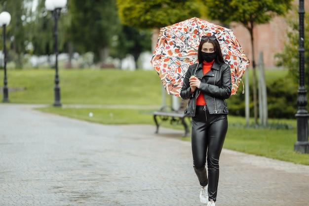 Wzdłuż ulicy idzie zamaskowana dziewczyna