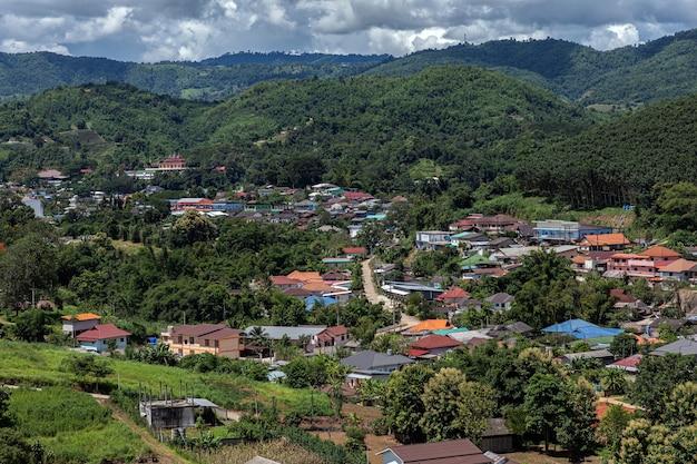 Wzgórza i domy wśród drzew w chiang rai w tajlandii