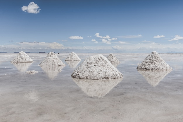 Wzgórza śniegu na zamarzniętym jeziorze z niebem