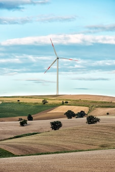 Wzgórza z pojedynczą turbiną wiatrową