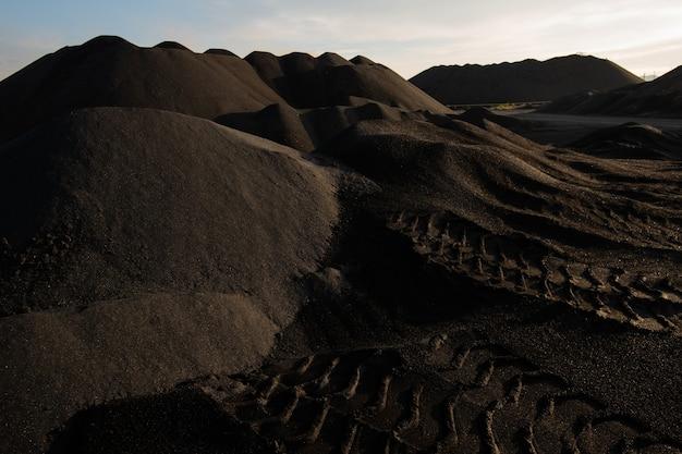 Wzgórza zanieczyszczonej, nieurodzajnej i toksycznej gleby na rozległym terenie ze złą sytuacją środowiskową ilustrującą katastrofę ekologiczną