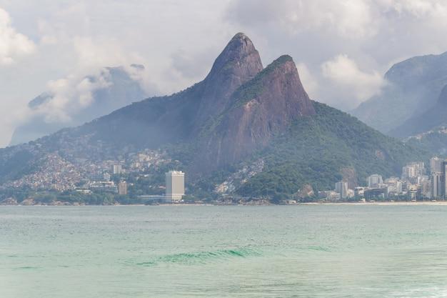 Wzgórze dwóch braci widziane z plaży pusty harpun podczas pandemii koronawirusa w rio de janeiro.