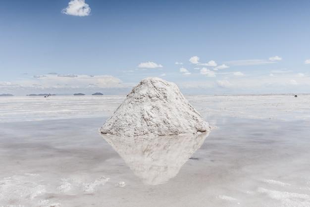 Wzgórze śniegu na zamarzniętym jeziorze z niebem