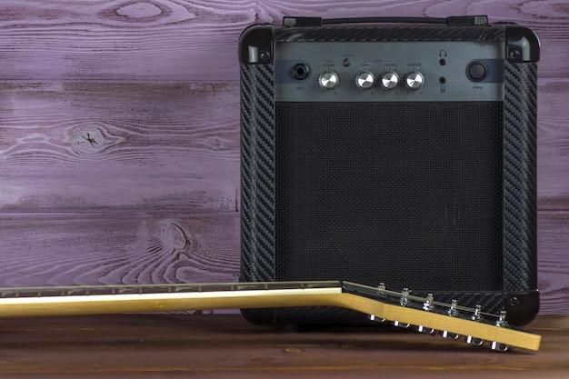Wzmacniacz gitarowy i gitara elektryczna