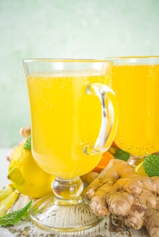 Wzmacniający odporność naturalny zdrowy napój witaminowy przeciw wirusowi. świeży organiczny imbir i sok cytrusowy