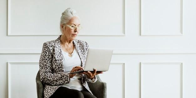 Wzmocnienie pozycji starszego dyrektora generalnego za pomocą laptopa