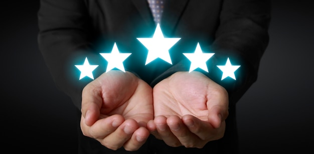 Wznieś się na zwiększenie pięciu gwiazdek w ludzkiej dłoni, zwiększ ocenę oceny i koncepcję klasyfikacji