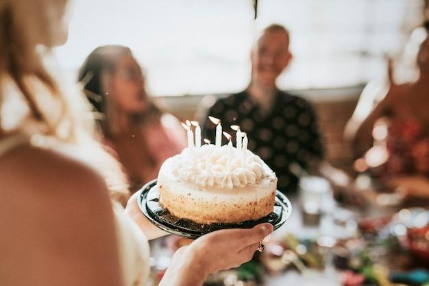 Wznoszę tort urodzinowy