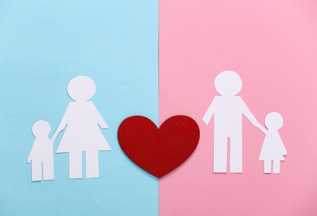Wznów koncepcję relacji. papierowa rodzina z czerwonym sercem na niebiesko-różowym pastelu
