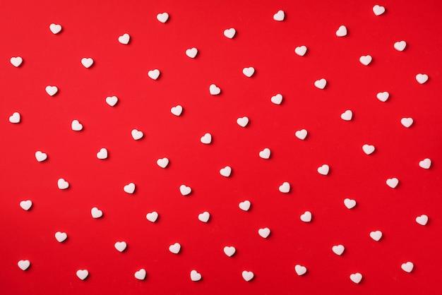 Wzór. białe serca na czerwonym tle. walentynki. miłość, data, romantyczna koncepcja.
