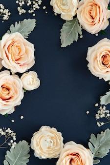 Wzór białych róż na niebieskim tle