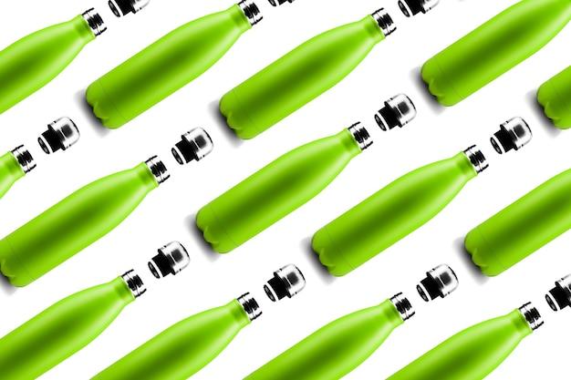 Wzór butelki. zestaw ekologicznych kolorowych stalowych butelek termo wielokrotnego użytku w kolorze zielonym, na białym tle. zero marnowania.