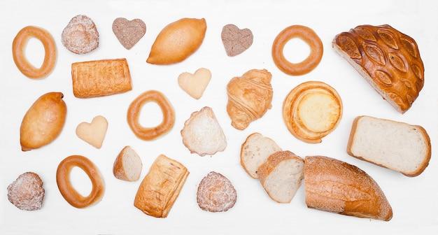 Wzór chleba i piekarni. zestaw świeżego chleba. pieczone tło towarów