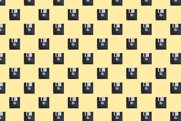 Wzór dyskietki na żółtym tle
