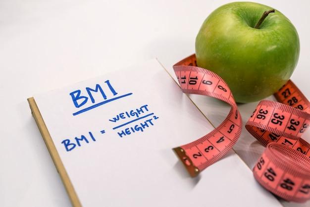 Wzór formuły wskaźnika masy ciała bmi w notatniku.