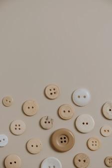 Wzór guzików na neutralnym beżu