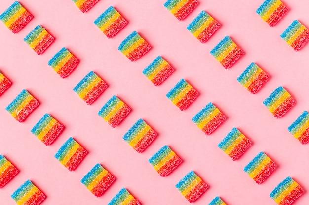 Wzór kolorowe cukierki na różowym tle