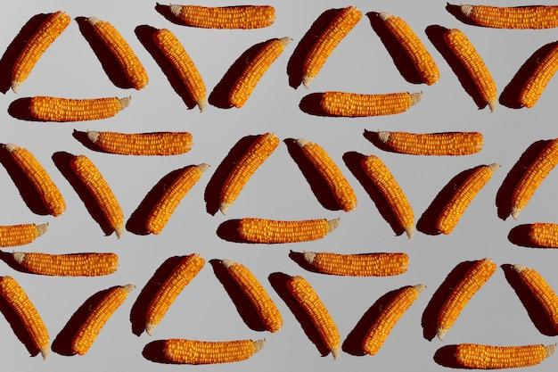 Wzór kukurydzy na szarym tle. modna minimalna koncepcja geometryczna.