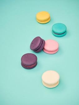 Wzór macarons na pastelowym niebieskim tle
