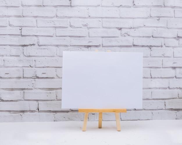 Wzór mocap w kolorze białym na ścianie z cegły