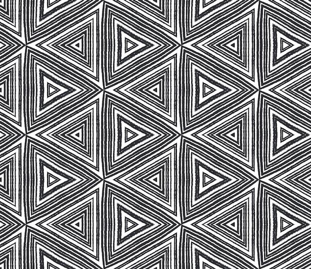 Wzór mozaiki. czarne tło symetryczne kalejdoskop. retro mozaika bez szwu. oszałamiający nadruk na tekstyliach, tkanina na stroje kąpielowe, tapeta, opakowanie.