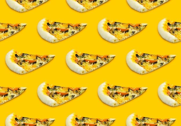 Wzór pizzy na żółtym tle