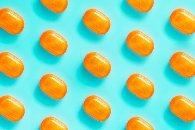 Wzór pomarańczowych słodyczy na niebiesko