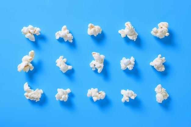 Wzór popcornu na turkusowym tle