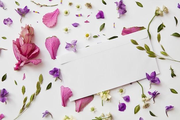 Wzór ramki z pąków kwiatowych, gałęzi i liści na białym tle z miejsca kopiowania papieru. układanie na płasko,