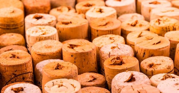 Wzór ściany korków butelek wina.
