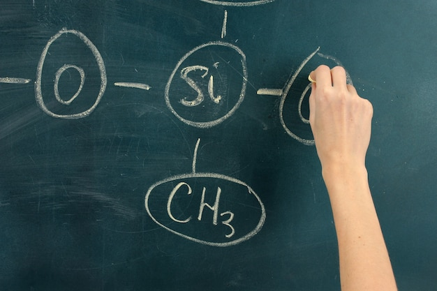Wzór struktury chemicznej napisany na tablicy kredą.