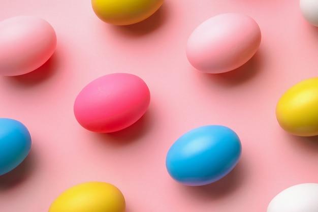 Wzór wykonany z jajek na pastelowym różowym tle, minimalna koncepcja wielkanocna