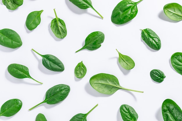 Wzór wykonany z zielonych liści soczystego szpinaku baby
