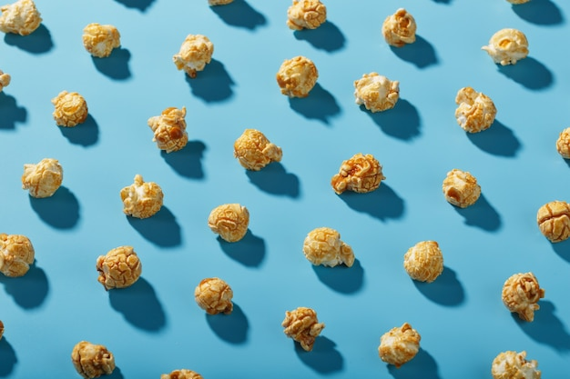 Wzór wzorów popcornu na niebieskim tle.