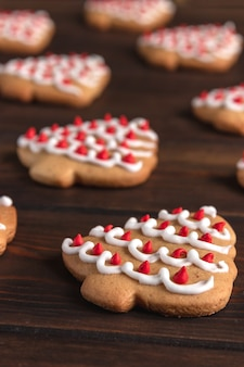 Wzór z ciasteczkami w kształcie choinki na ciemnym tle drewnianych