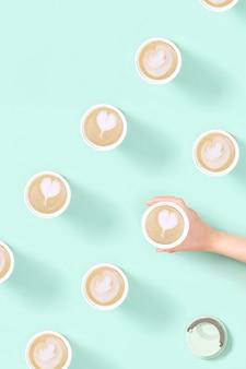 Wzór z kawa latte art na wynos w ekologicznym kubku termicznym wielokrotnego użytku zakupy w kawiarni