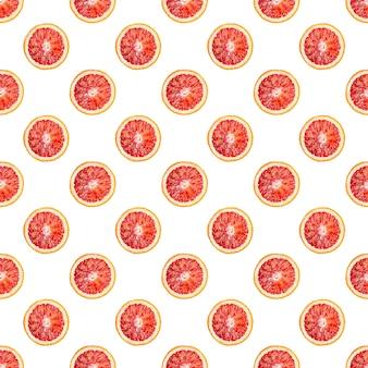 Wzór z krwawych pomarańczy w całości pokrojonych w plasterki i pokrojonych na pół na białym tle