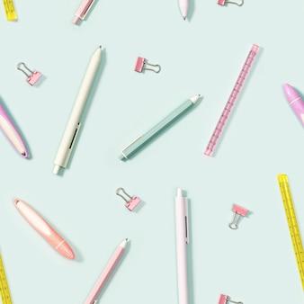 Wzór z materiałami biurowymi, kolorowymi ołówkami, długopisami, pulerem, markerami i metalowymi spinaczami do papieru. powrót do szkoły.