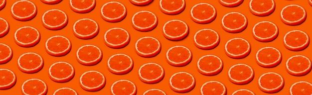 Wzór z pomarańczowymi owocami cytrusowymi na pomarańczowym tle, panoramiczny obraz w stylu pop-art