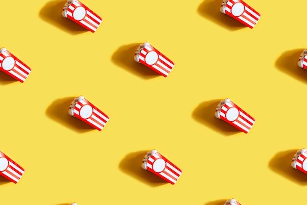 Wzór z pudełkiem oczu popcornu jako halloween
