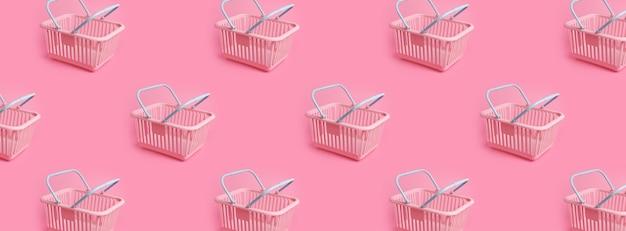 Wzór z różowym plastikowym koszem na zakupy na różowym pastelowym tle kreatywny minimalistyczny design