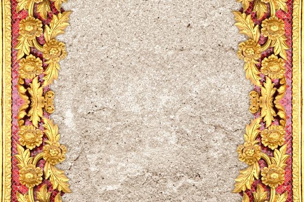 Wzór złote kwiaty wyryte na ścianie cementu