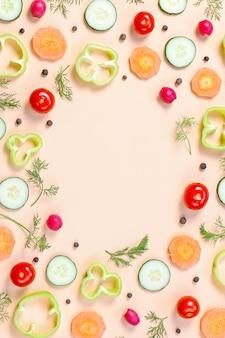 Wzór żywności wzór z pomidorkami cherry, marchewką, ogórkami, rzodkiewką, zielenią, pieprzem i przyprawami