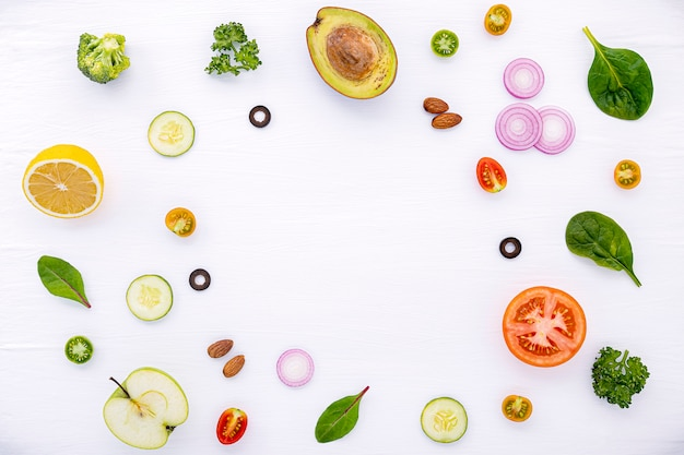 Wzór żywności z surowych składników sałatki płaskie leżał na biały drewniany.