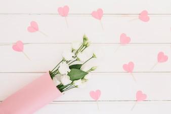 Wzrastał kwiaty z papierowymi sercami na stole