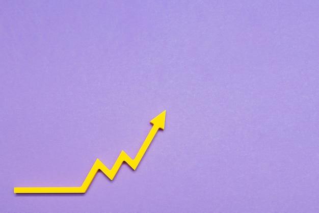 Wzrost na giełdzie, strzałka w górę wykres na fioletowym tle, koncepcja wzrostu gospodarki. kopiuj przestrzeń