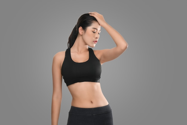 Wzrost portret kobiety fitness w odzieży sportowej.